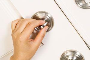 Ilustración de Cómo asegurar una puerta con cerrojos