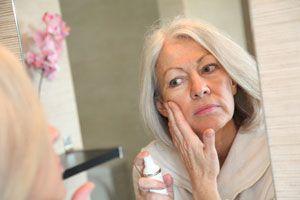 Ilustración de Cómo maquillarse en la tercera edad