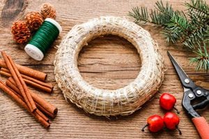 Ilustración de Cómo crear roscas de Navidad con elementos reciclados