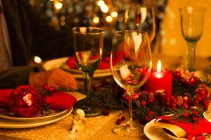 Ilustración de Cómo armar una mesa roja y dorada para Navidad