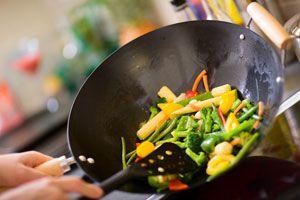 Ilustración de Cómo cocinar en un wok
