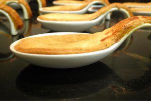 Ilustración de Cómo hacer cucharitas comestibles para salsas y acompañamientos