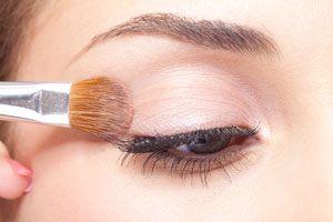 Ilustración de Cómo maquillarse en invierno con un estilo clásico