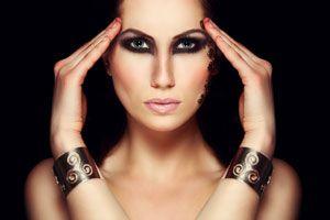 Ilustración de Cómo hacer un maquillaje dramático para las noches de invierno