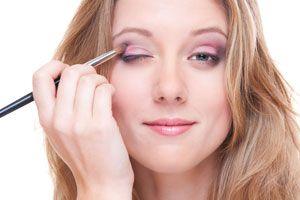 Ilustración de Cómo maquillar los ojos cansados