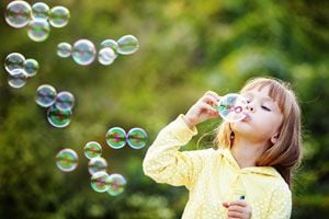 Ilustración de Cómo hacer un burbujero para entretener a los niños