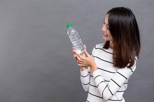 Ilustración de Cómo calentar agua en una botella de plástico