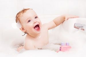 Ilustración de Cómo estimular al niño durante el baño