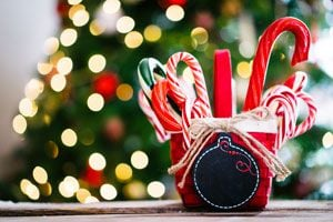 Ilustración de Cómo hacer cintas y bastones de caramelo navideños