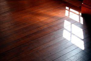 Ilustración de Cómo revitalizar los pisos de madera en el otoño