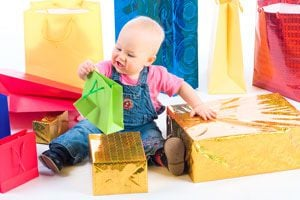 Ilustración de Cómo elegir regalos y juguetes para bebés