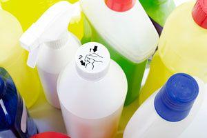 Ilustración de Cómo evitar intoxicaciones por productos de limpieza