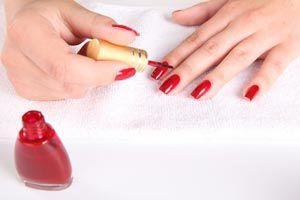 Ilustración de Cómo hacer una rutina de belleza para las uñas
