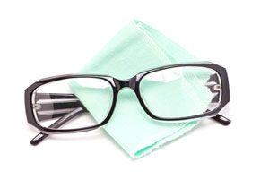 Ilustración de Cómo Limpiar las Gafas sin rayarlas