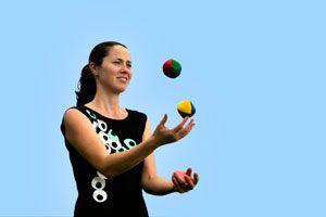 Ilustración de Cómo hacer malabares con 3 bolas