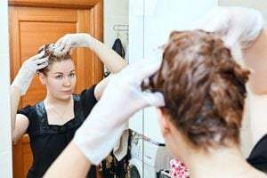 Ilustración de Cómo aplicar el tinte de henna en el cabello