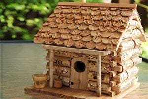 Ilustración de Cómo hacer una casita para aves con corchos