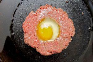 Ilustración de Cómo hacer hamburguesas con huevo frito relleno