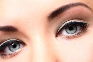 Ilustración de Cómo hacer una base para maquillaje de ojos casera