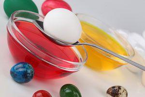 Ilustración de Cómo hacer huevos teñidos para decorar