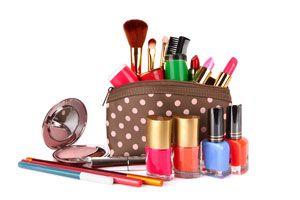 Ilustración de Ordena el kit de maquillaje de tu bolso