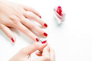 Ilustración de Cómo pintar las uñas en degradado
