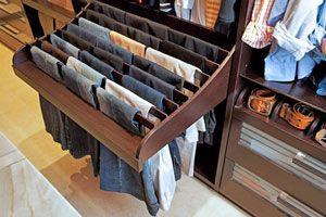 Ilustración de Un cajón para guardar los pantalones