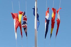 Cómo colocar las banderas en un evento