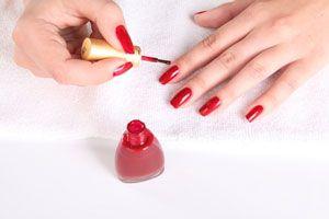 Ilustración de Cómo dar brillo extra a las uñas