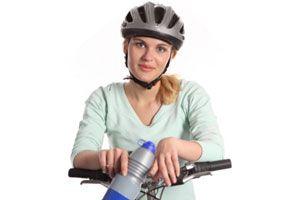 Ilustración de Cuidados del cabello al usar casco si eres mujer