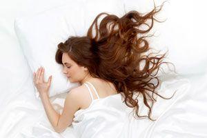 Ilustración de Cómo reparar el cabello al dormir