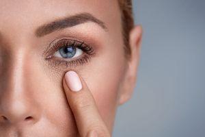 Ilustración de Remedios Caseros para Eliminar las Arrugas de los Ojos