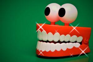 Ilustración de Limpieza de las Prótesis Dentales y Uso de Pegamentos