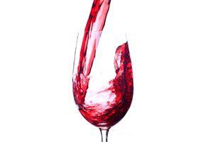 Ilustración de 5 cócteles con vino tinto