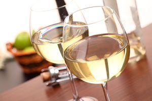 Ilustración de Cinco cócteles con vino blanco