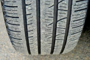 Ilustración de Cómo Revisar los Neumáticos del Coche