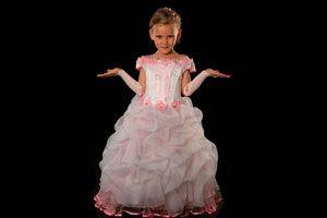 Ilustración de Cómo vestir a una niña para una fiesta formal