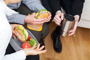 Ilustración de Consejos para Comer Saludable en el Trabajo