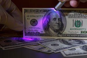 Ilustración de Técnicas para Reconocer Dólares Falsos