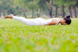 Ilustración de Posturas de Yoga para Prevenir la Osteoporosis