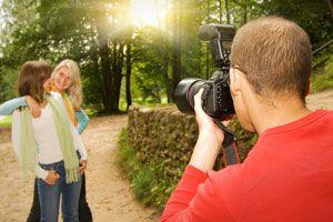 Trucos para posar mejor en las fotos. Cómo colocarte para salir bien en las fotos. Métodos para posar en las fotografías.