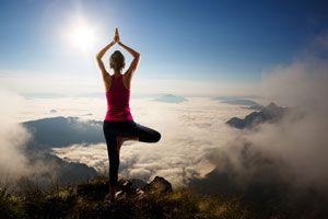 Ilustración de 4 Posturas de Yoga Intermedias