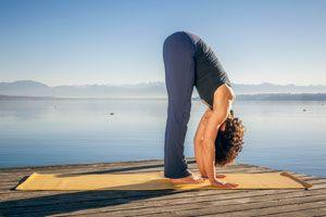 Cómo aliviar dolores cervicales con yoga. Posturas de yoga para tratar el dolor cervical. Yoga para aliviar problemas de cervicalgia