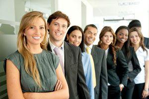 Posturas de lenguaje corporal para el trabajo. Poses para ganar confianza en tu trabajo. Lenguaje corporal para una negociación.