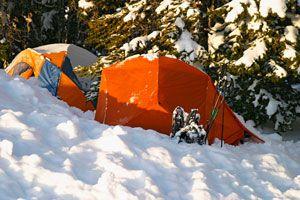 Tips para acampar en la nieve. Cómo elegir el lugar para acampar con nieve. Consejos para hacer una acampada en climas fríos