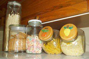 Ilustración de El uso de los frascos de vidrio para conservar alimentos y objetos