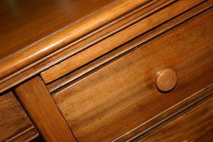 Ilustración de Cómo analizar un viejo mueble para reconocer su buen estado