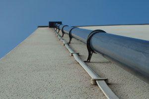 Ilustración de Limpieza y mantenimiento del desagüe y las canaletas de lluvia