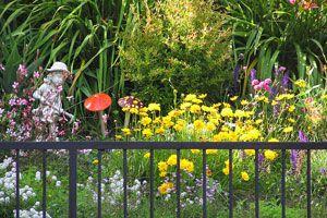 Ilustración de Ideas para usar elementos reciclables y decorar el jardín