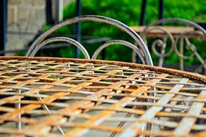 Ilustración de Limpieza y mantenimiento de muebles de exterior